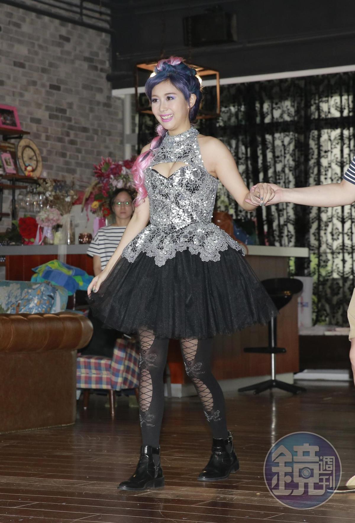 因為錄綜藝玩遊戲受傷,Albee走路仍需人攙扶,但她有信心會在9月正式開演時站上舞台。