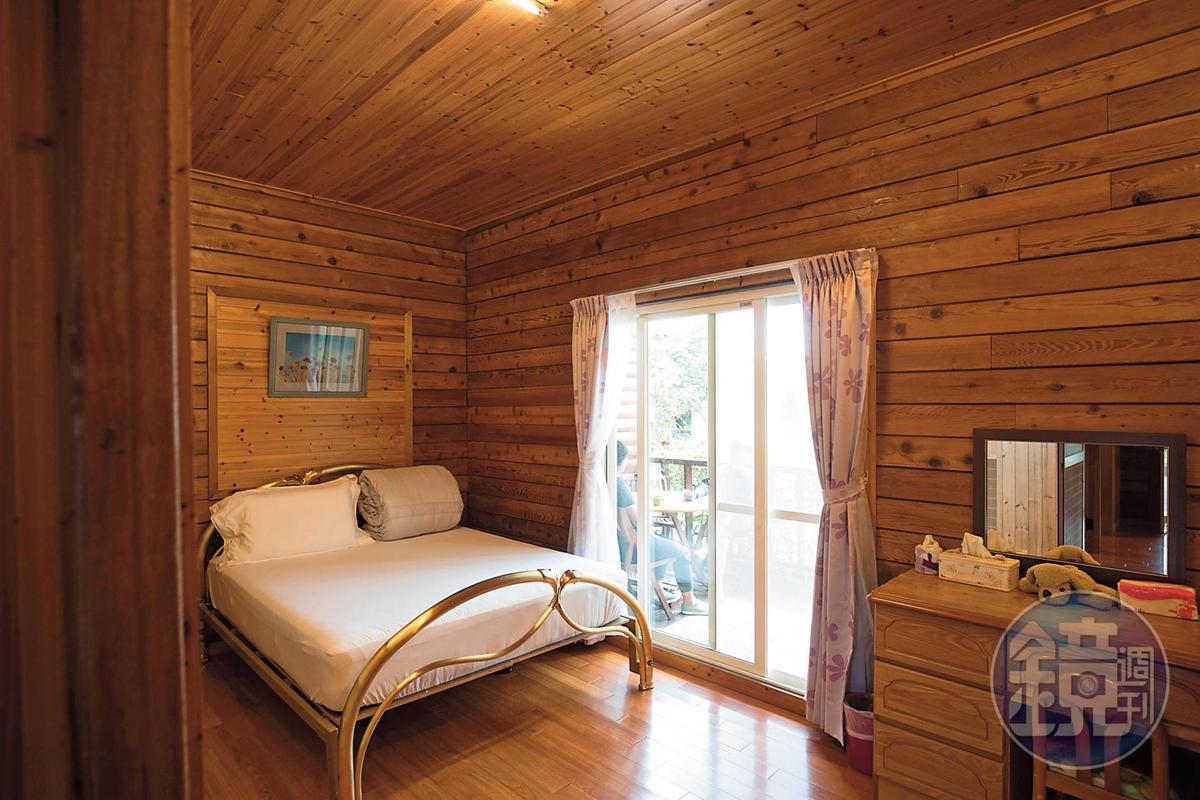 「拉拉人嘉美食莊」為原木建築,房內滿是木香。