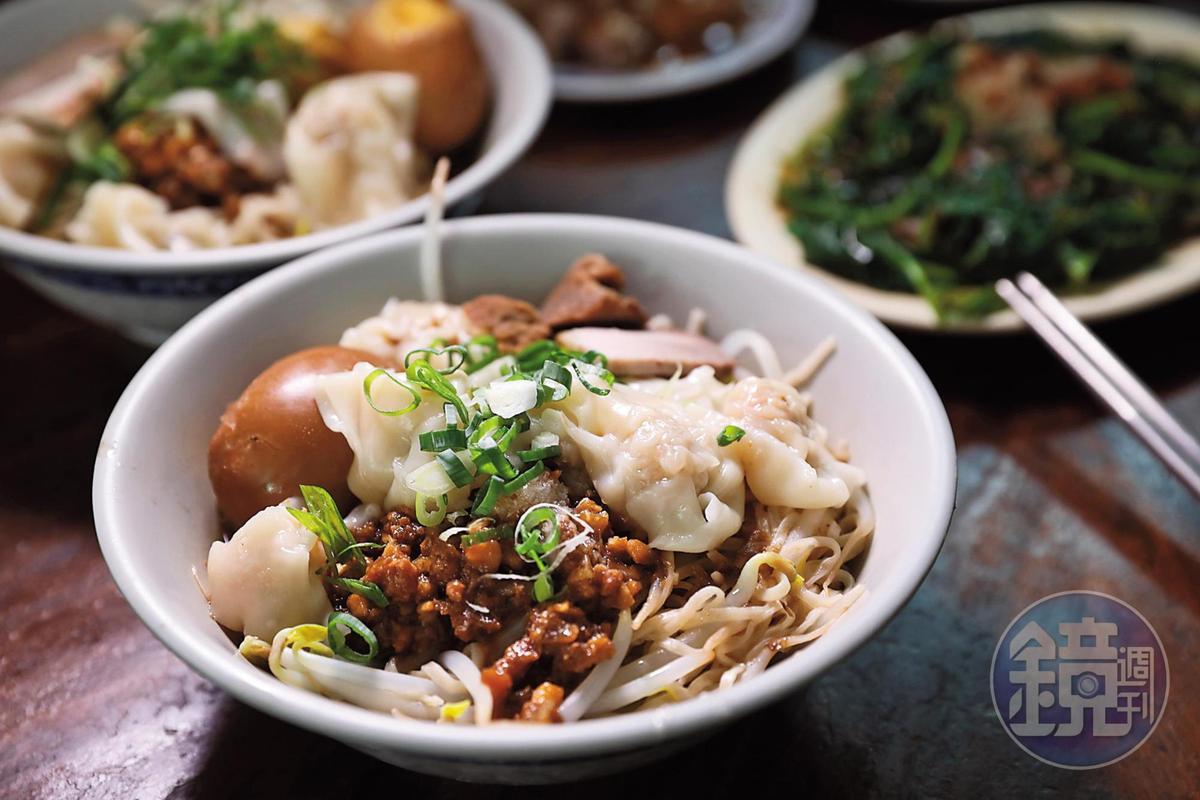 可以加上餛飩、滷蛋的「肉燥陽春麵」,料多實在。(60元/碗)