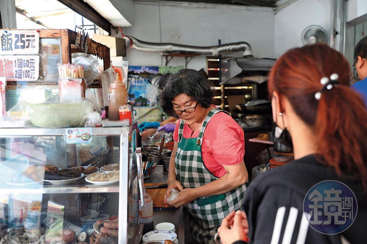 老闆娘賴明菊從婆婆手上接下西裝店,變成生意興隆的老麵店。