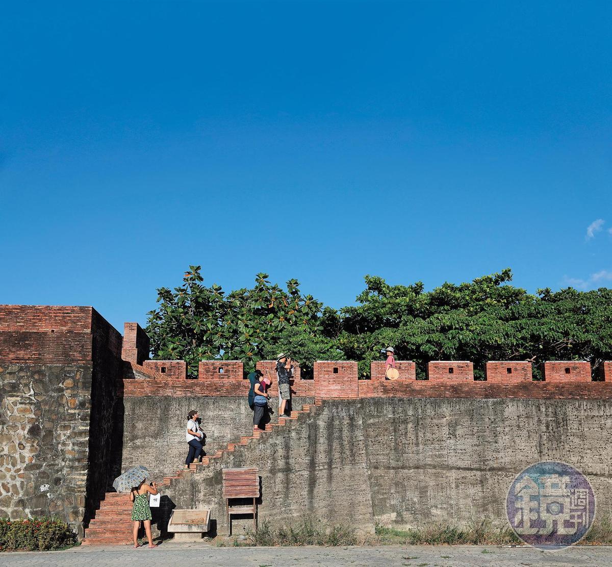恆春古城還保留一小段城牆,讓人能遠眺城內、城外風光。