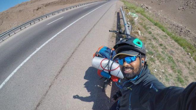 印度男子Clifin Francis非常喜歡足球,他的偶像是阿根廷梅西,因為沒錢搭飛機,他騎單車到俄羅斯,希望能見到梅西一面。(翻攝自BBC)
