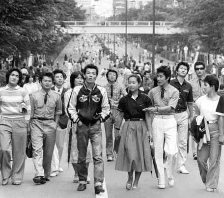 日本表參道行人徒步區的成群少年,1977年。(©每日新聞社,八旗文化提供)