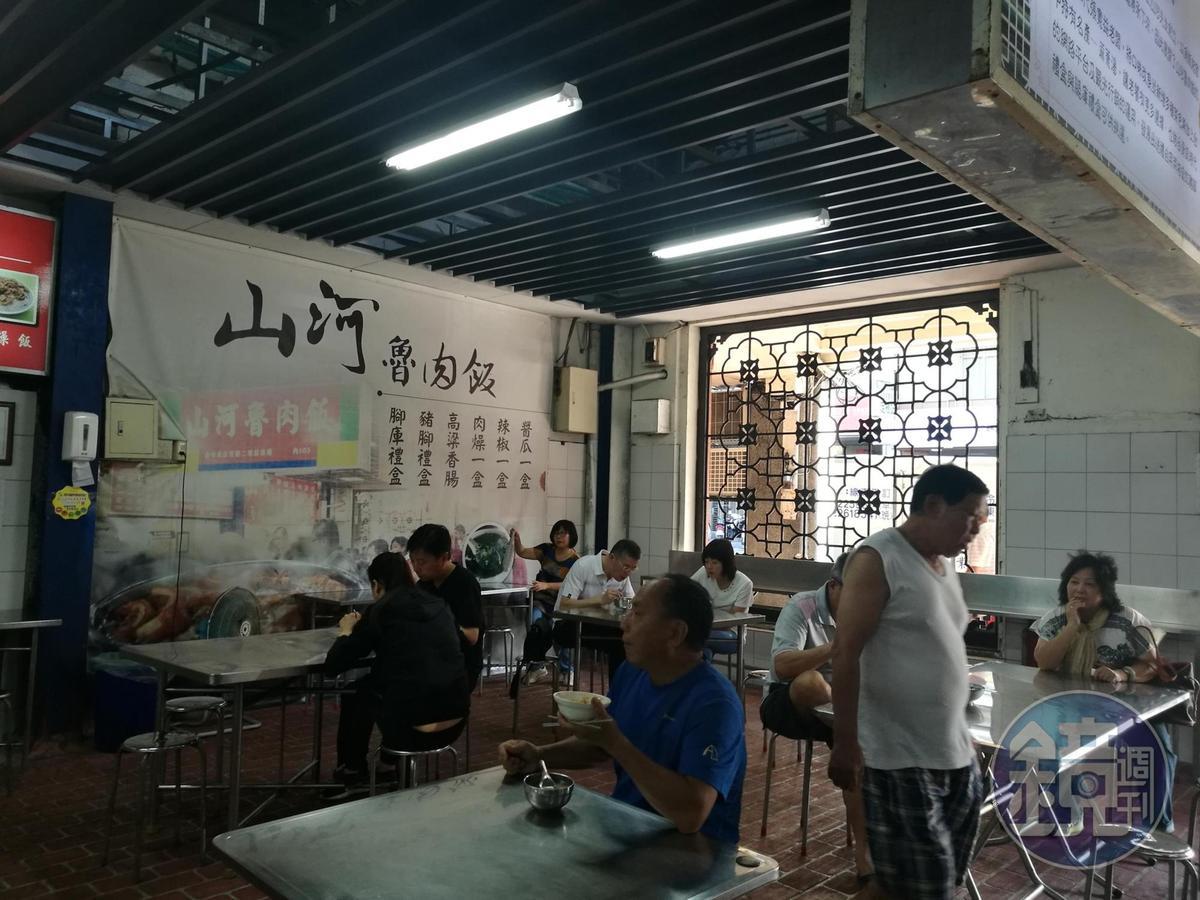 台中第二市場內從凌晨5點就開賣的「山河魯肉飯」。