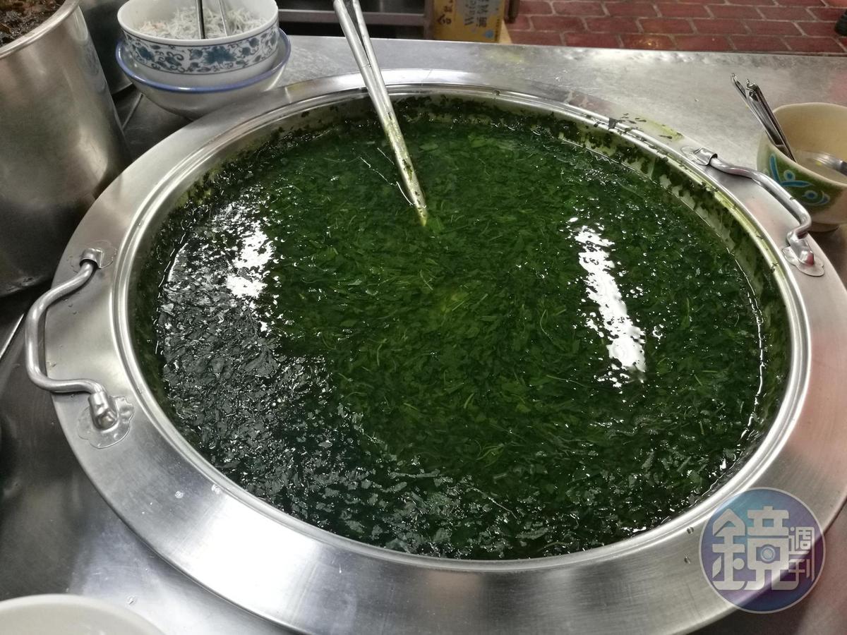 麻薏嫩葉煮湯前,還得用手搓揉,以水去除黏液和苦味,再加入番薯、魩仔魚煮成羹湯。