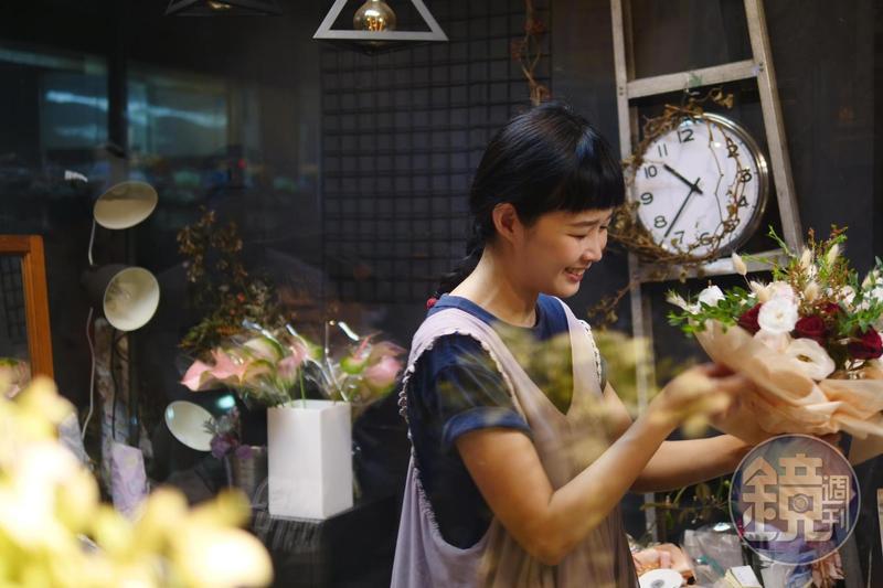 阿戴說,她喜歡花藝也喜歡設計穿搭,商號取英文名「Attire Somehow」結合了中文姓氏與穿搭的諧音。