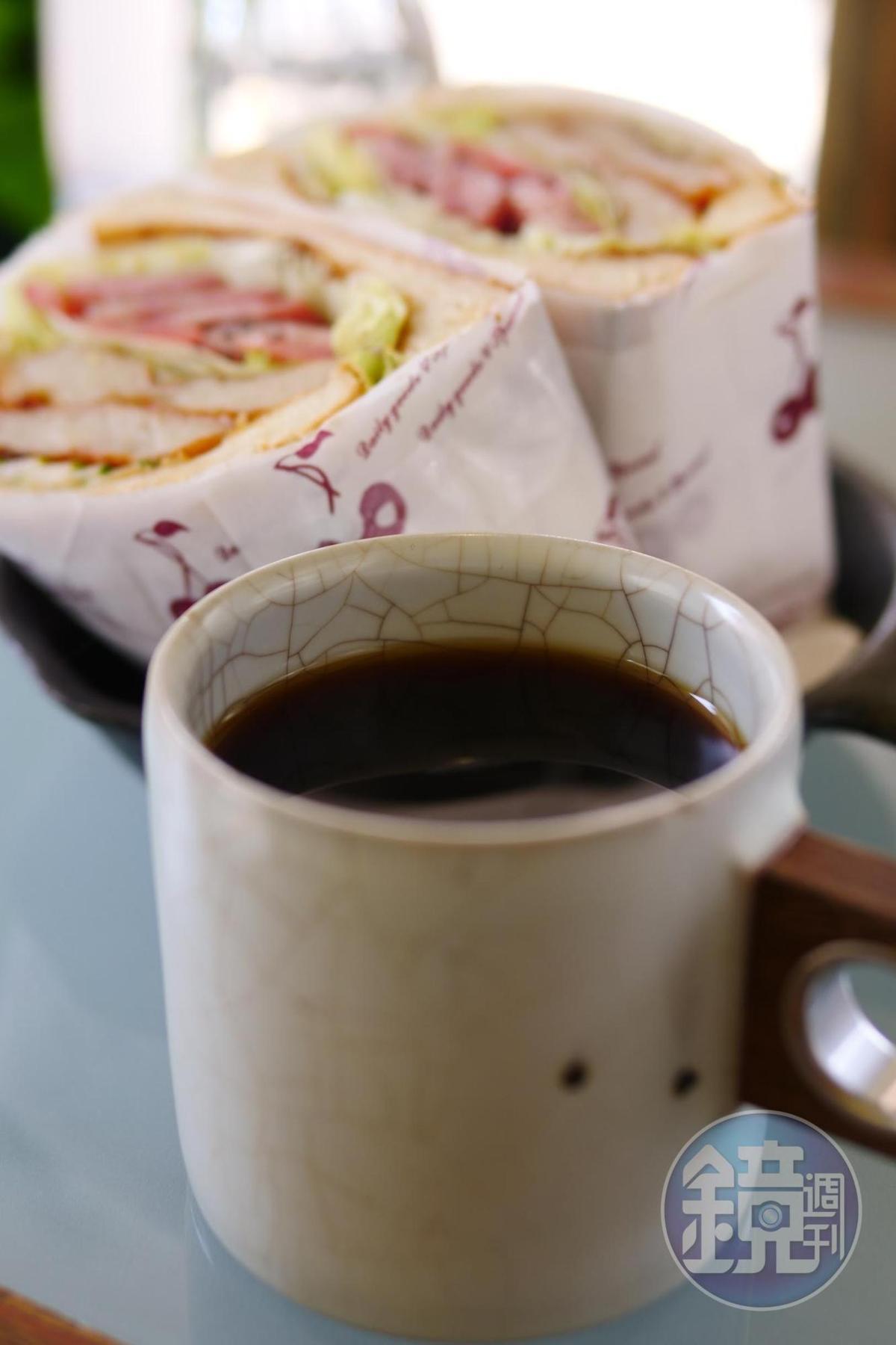 柳建名特別研發,有委託行情感與老基隆人味道的「舶來品咖啡」,(140元起/杯)。