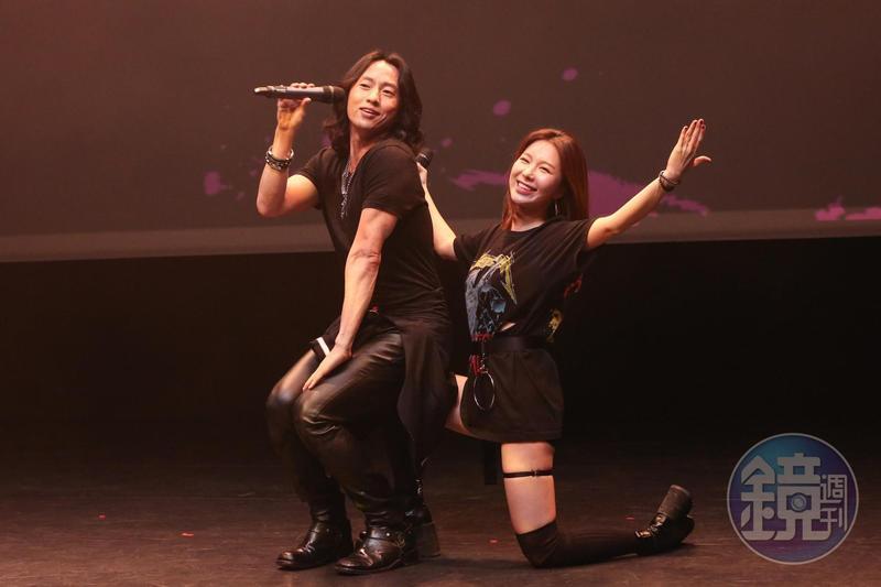 Michael K.Lee(左)、J-Min共同演唱〈甜心乾爹〉,歌聲爆發力十足。