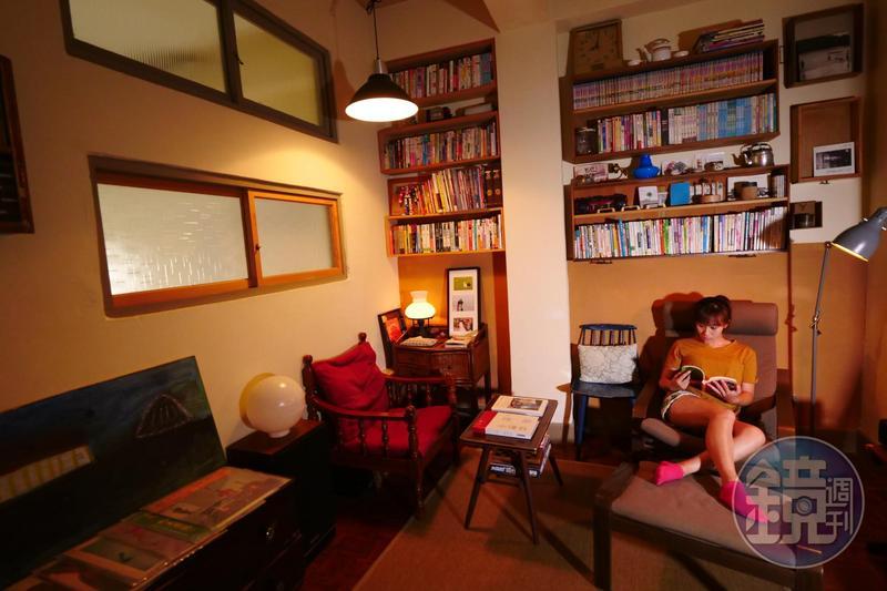 「謝宅書屋」的書房很有味道,旅人最愛坐在躺椅,翻翻書、聽黑膠。