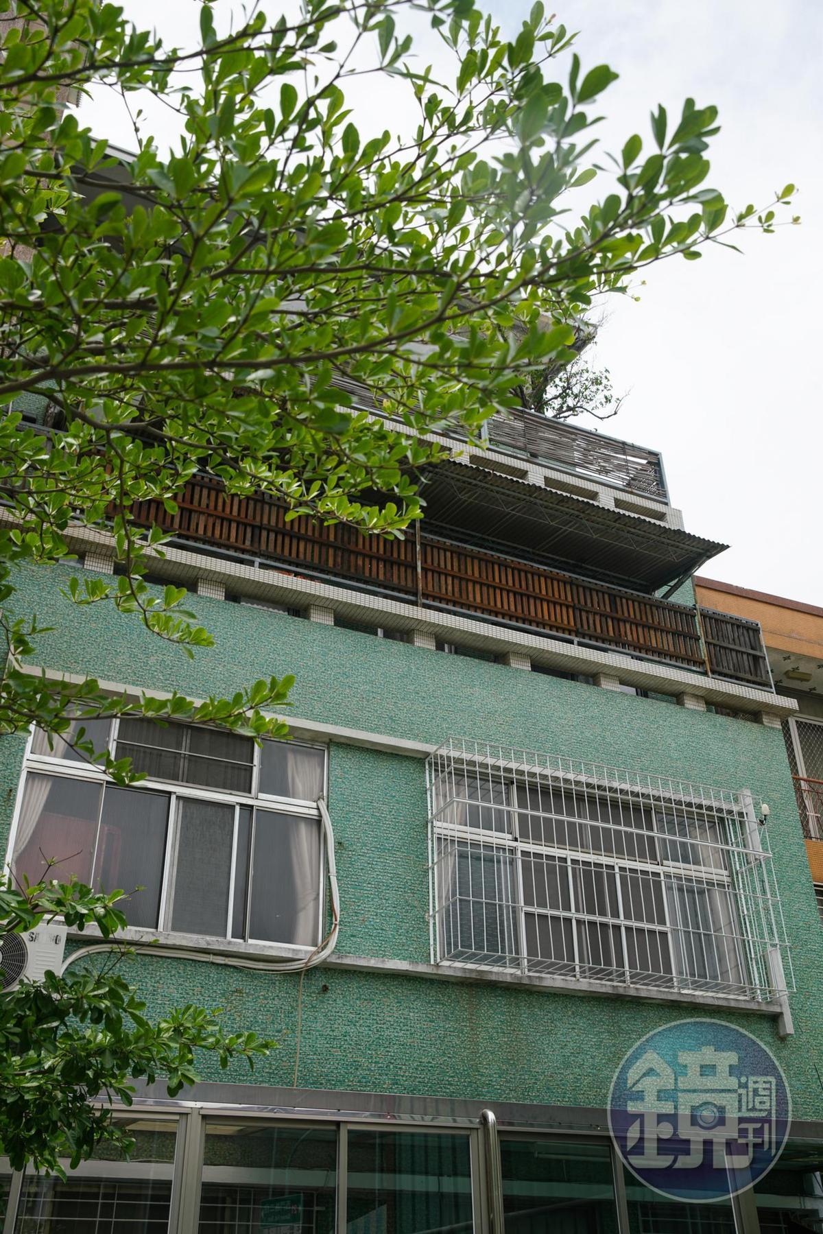 老屋外觀不起眼,當年是中西區第一棟公寓。