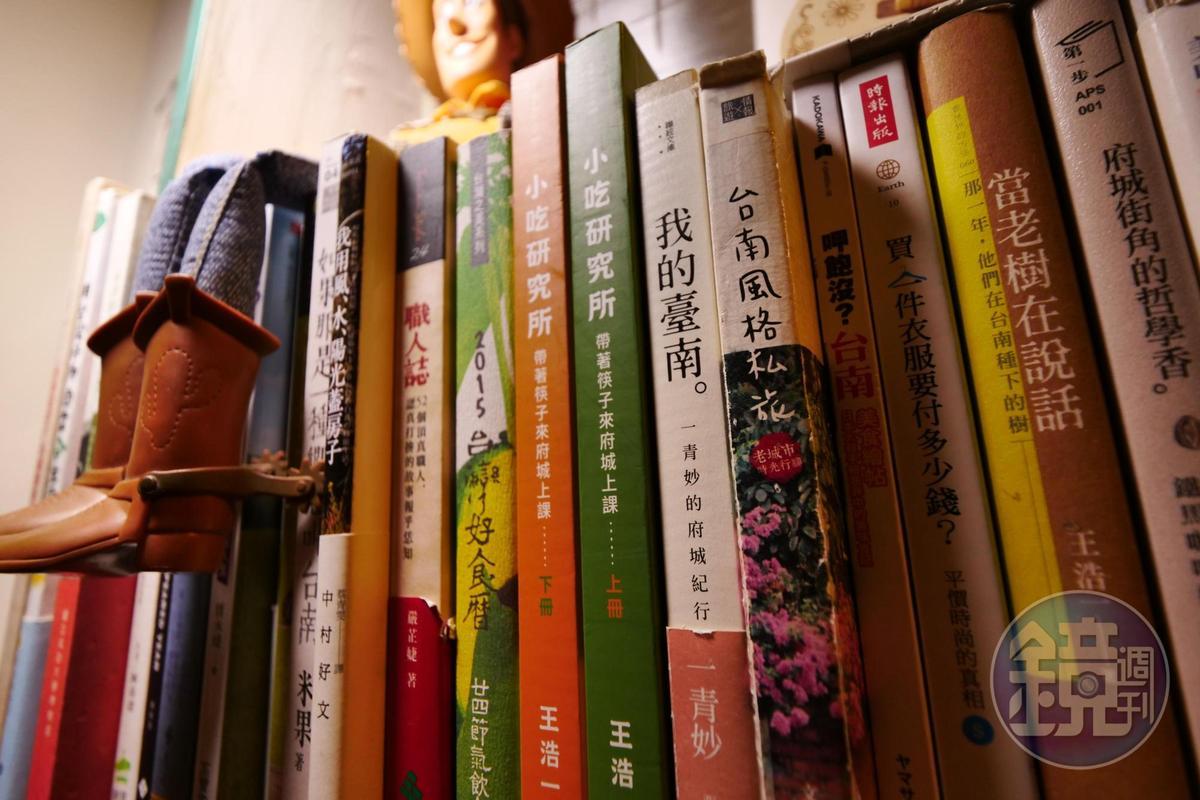 書架上的玩具嗅得到主人家的赤子之心。