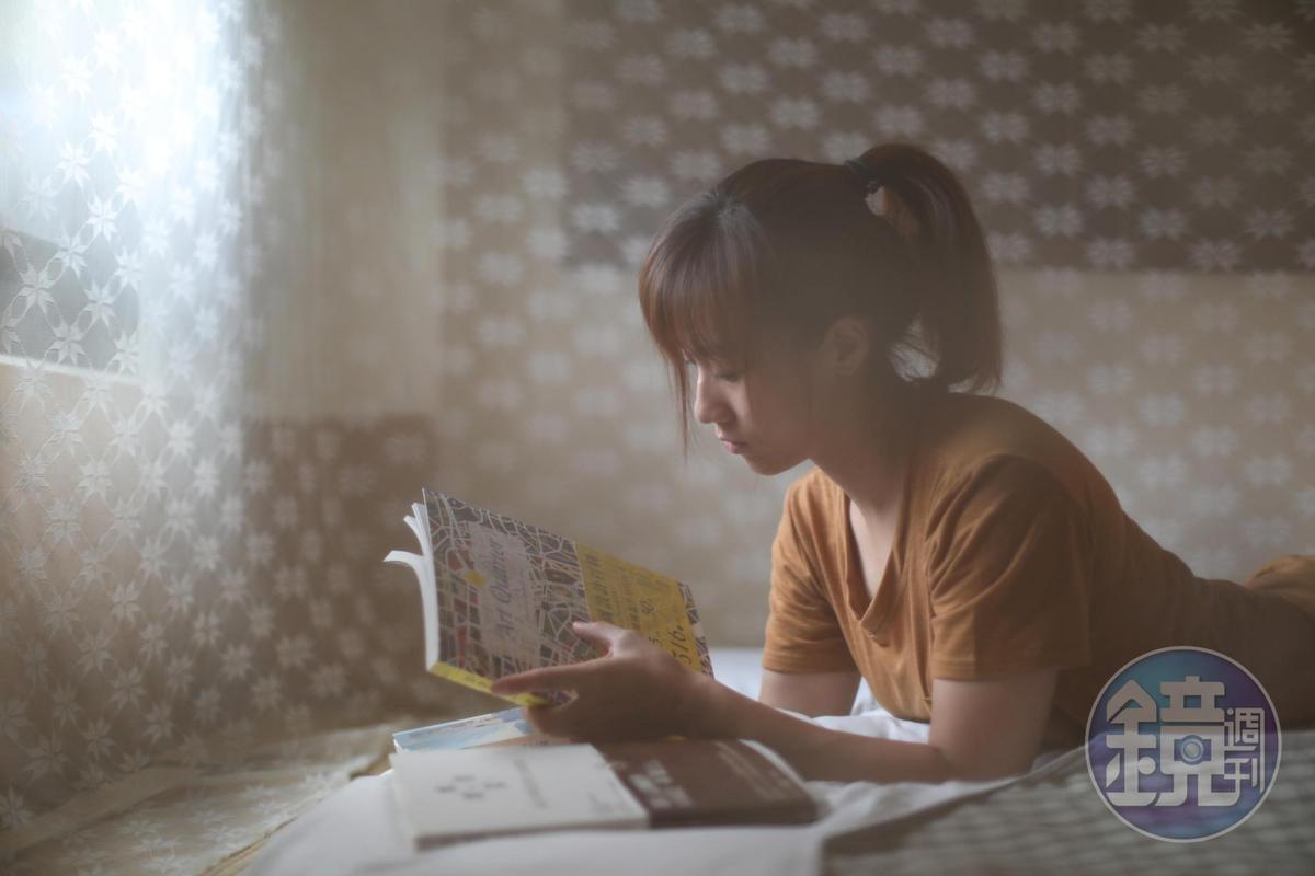 紗帳裡的閱讀時光,恬靜舒心。