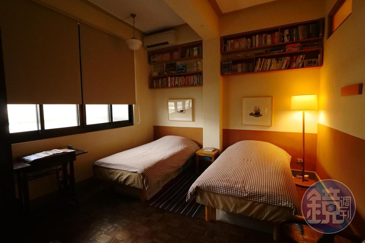 書是這老房子的靈魂,床頭櫃擺滿書。