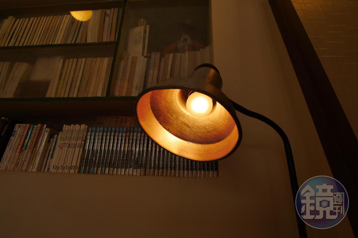 舊鍋具改造成燈罩。