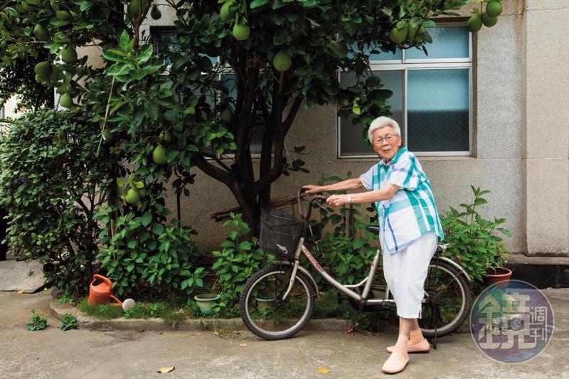 周張招阿嬤有著古早人勤勞的個性,閒不下來,92歲仍堅持自己煮菜、洗衣、種花。