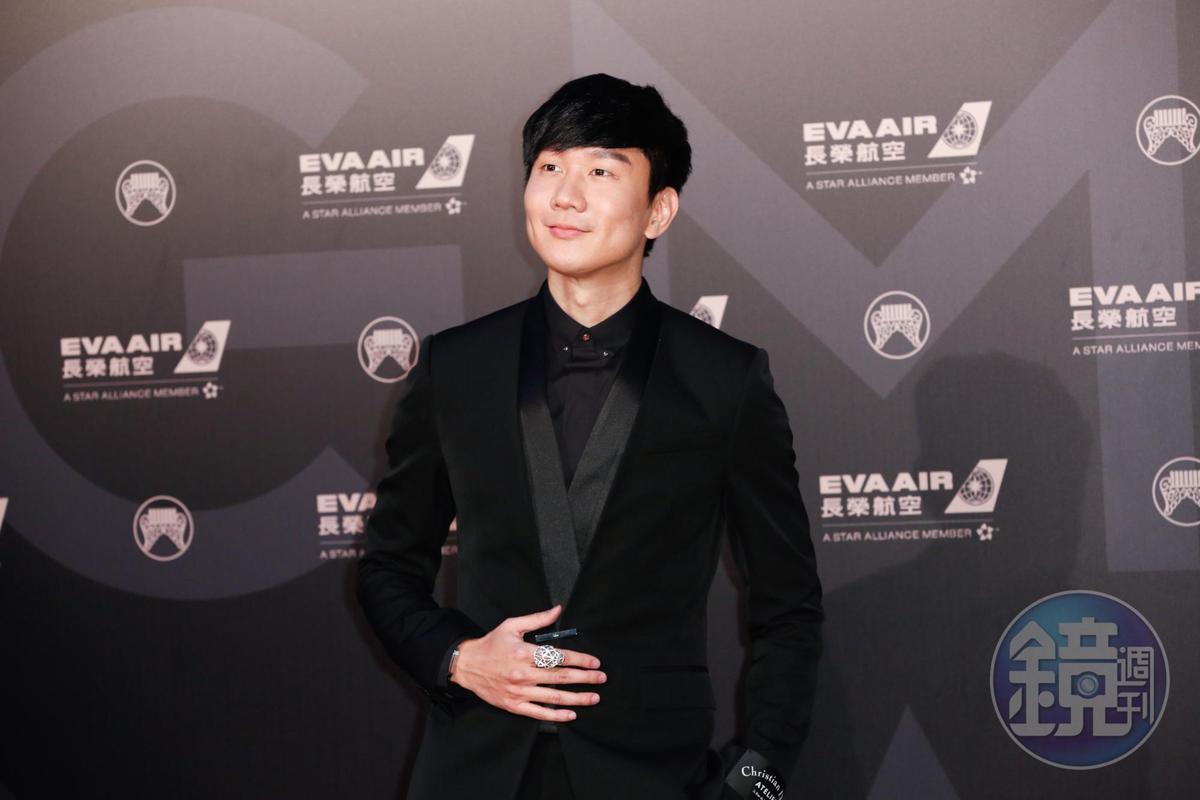 林俊傑全身Dior Homme黑西裝,在一片華麗男星中顯得清爽。