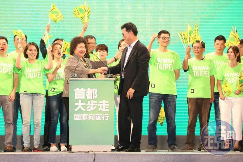總統府祕書長陳菊最後更牽起姚文智的手呼籲支持者力挺。