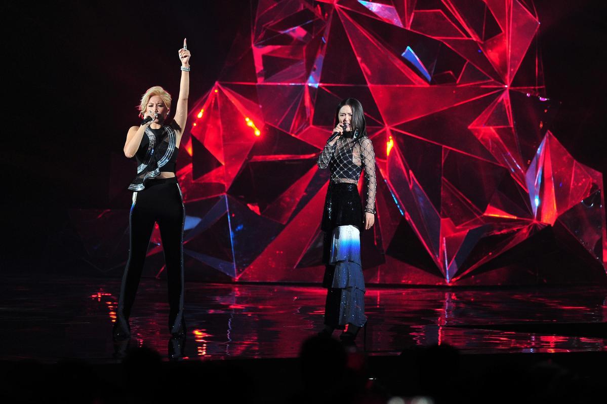 金曲獎備受期待的女女合唱A-Lin與譚維維,一出場連飆5組曲,高低音穿插倍顯實力。(台視提供)