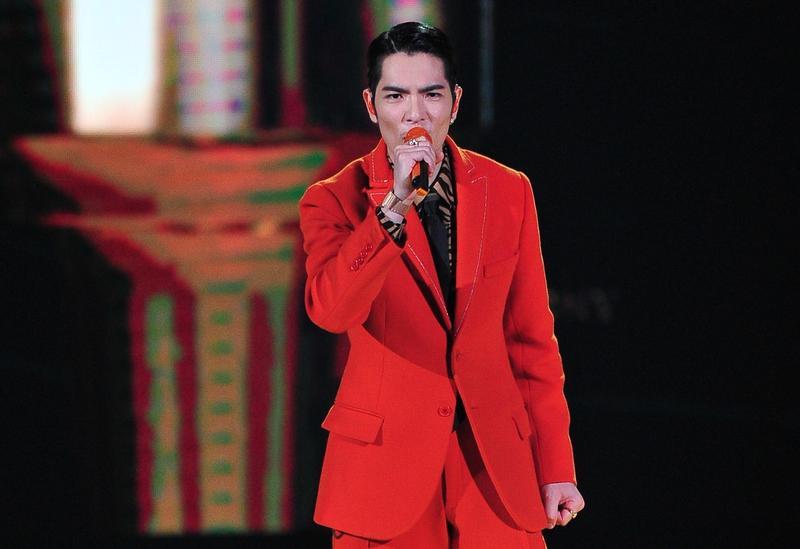 蕭敬騰表演完後迅速換裝登台主持,一身大紅色西裝相當醒目。(台視提供)