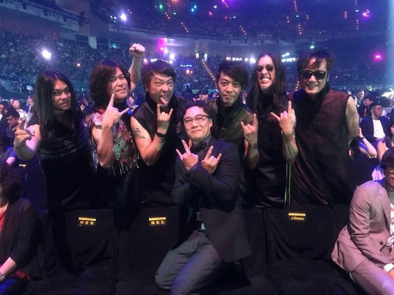 董事長樂團與陳奕迅在金曲獎玩自拍,盧廣仲也半身入鏡參一咖。(獨一無二娛樂提供)
