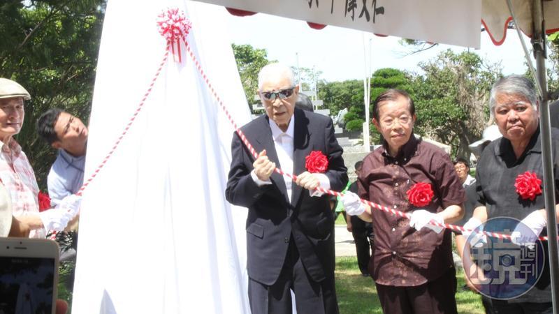 前總統李登輝與駐日代表謝長廷一同為慰靈碑揭碑。
