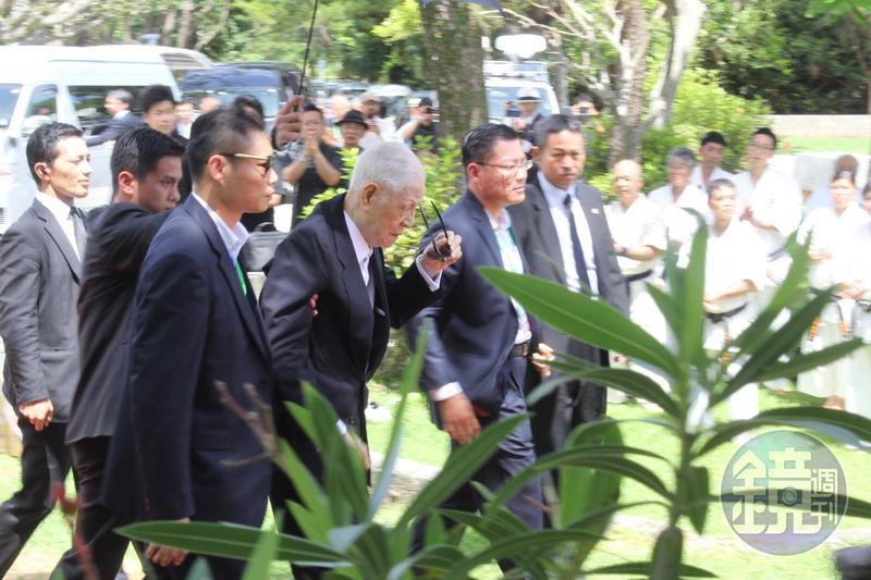 前總統李登輝抵達揭碑儀式會場時,由隨扈攙扶。