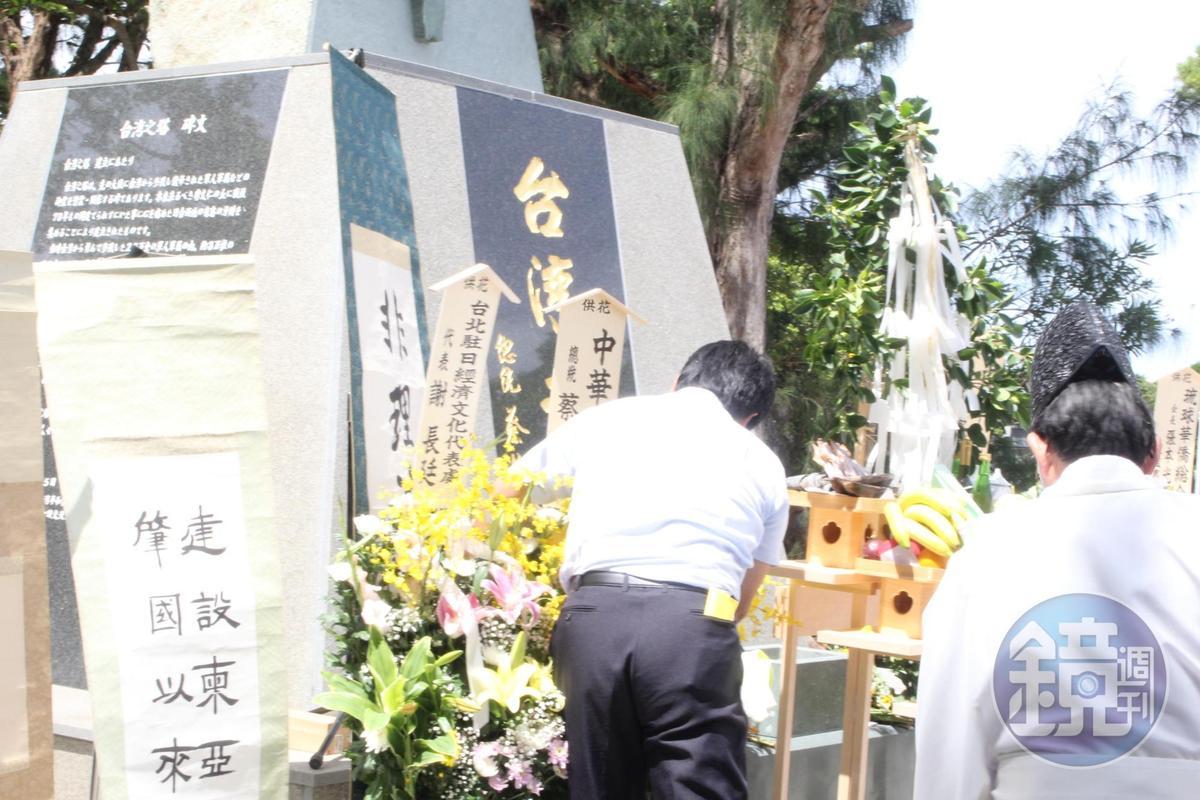 總統蔡英文的花籃被風吹倒2次,工作人員忙著把花籃扶起。