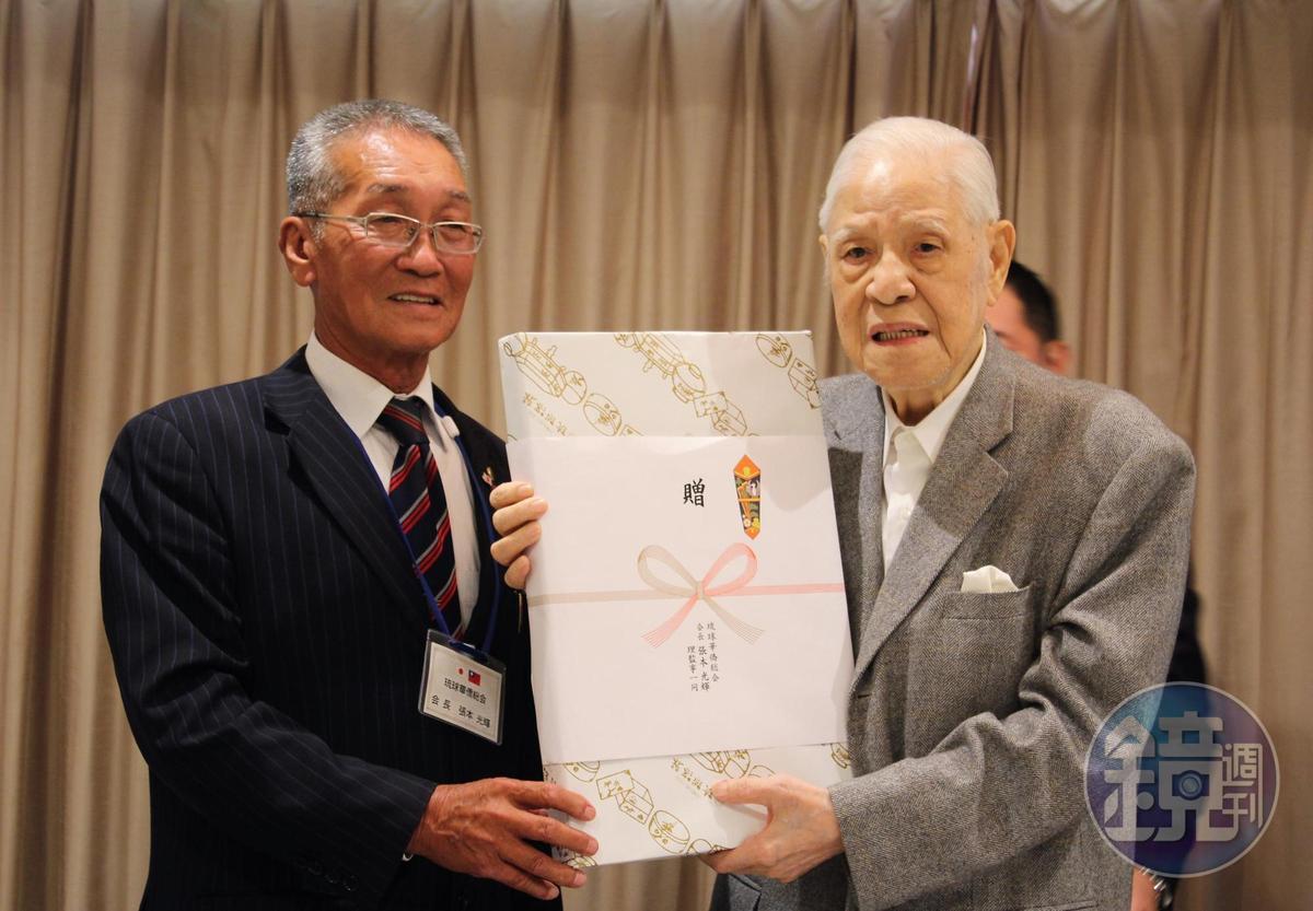 琉球華僑總會會長張本光輝(左)致贈禮品給李登輝。