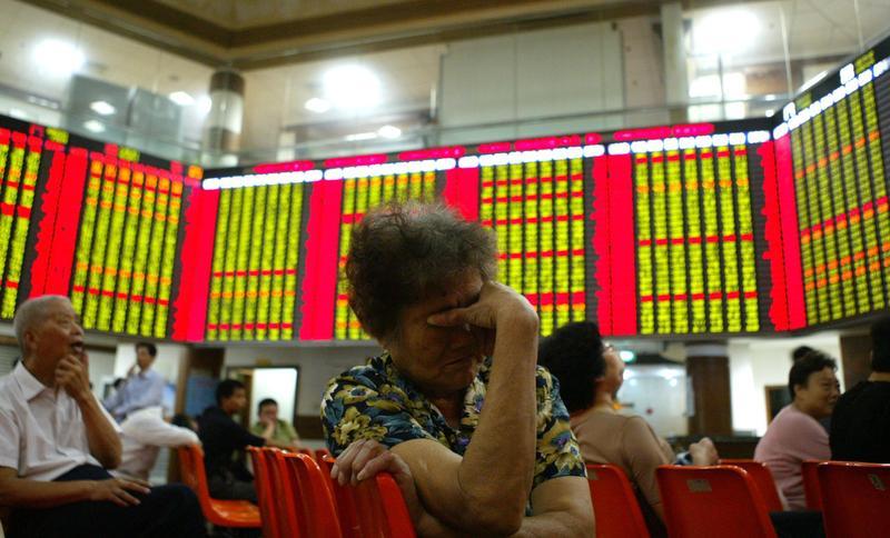 貿易戰消息一出,滬深兩市A股跌不停,大陸股民哀鴻遍野。(東方IC)