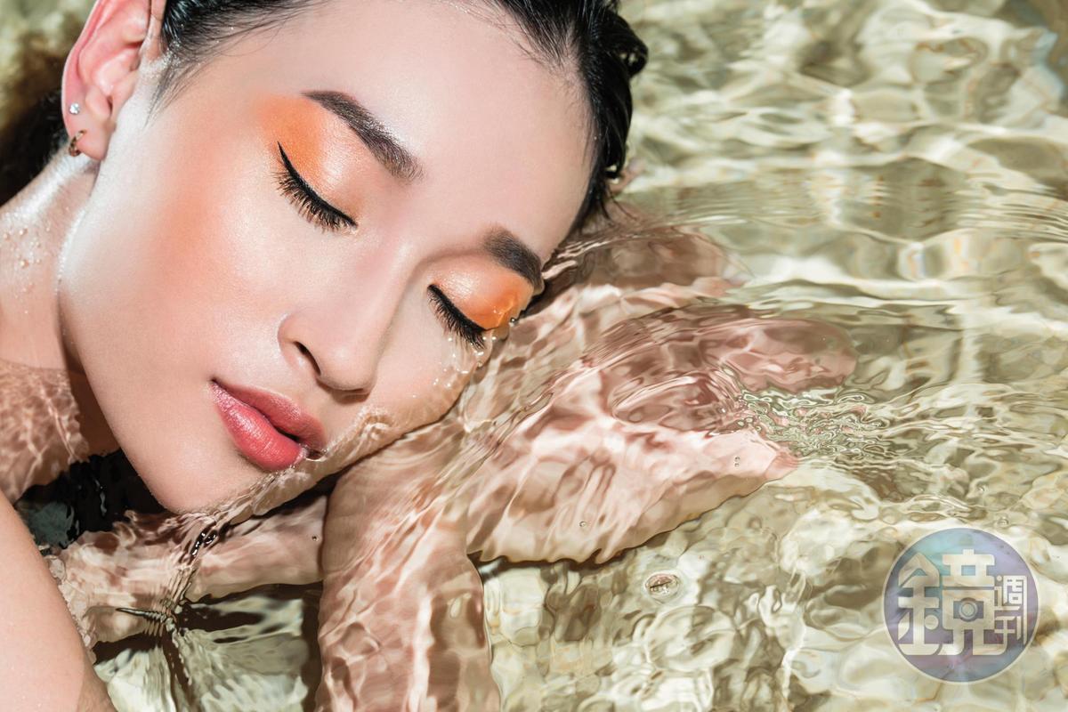 橘色系的女王風範,會是岸邊的妳,最有氣勢的水中態度。