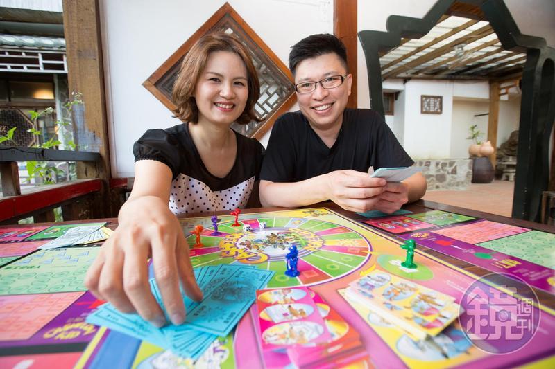 顏菁羚與鄭傳崙夫妻,從衝短線營業員,變成愛好ETF的穩健投資者。