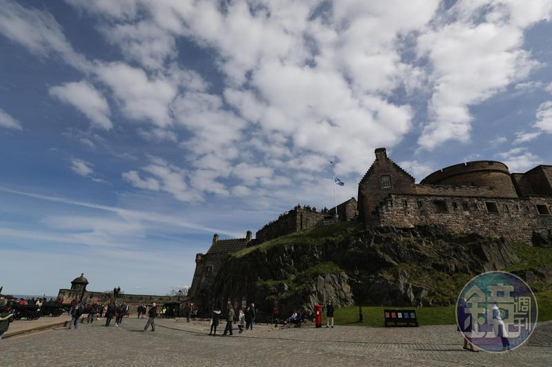 這座三面臨懸崖、易守難攻的愛丁堡城堡,是蘇格蘭史上被攻擊最多的堡壘,一度曾化為焦土,城堡裡展示的根本是一部濃縮的戰爭史。