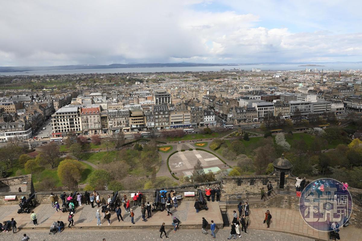 從城堡高處俯瞰愛丁堡的新、舊城與福斯灣。