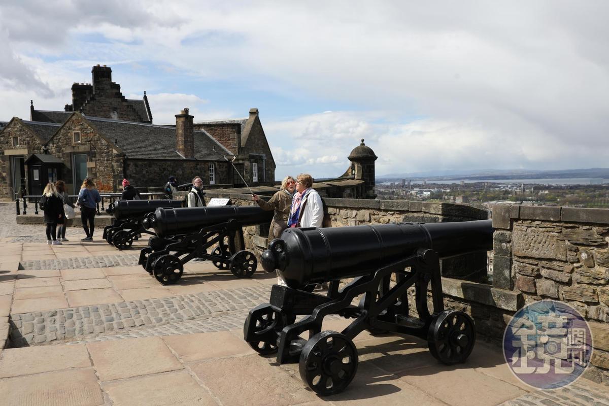 阿爾蓋砲台是在詹姆士黨人起義後不久建造,頂部都鑄有代表喬治三世國王的皇家徽號GR3。