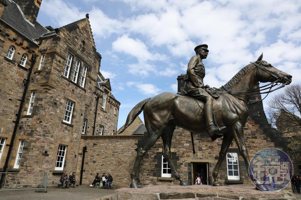 城堡中矗立陸軍元帥黑格伯爵的銅像,他是第一次世界大戰時,英國遠征軍的司令。
