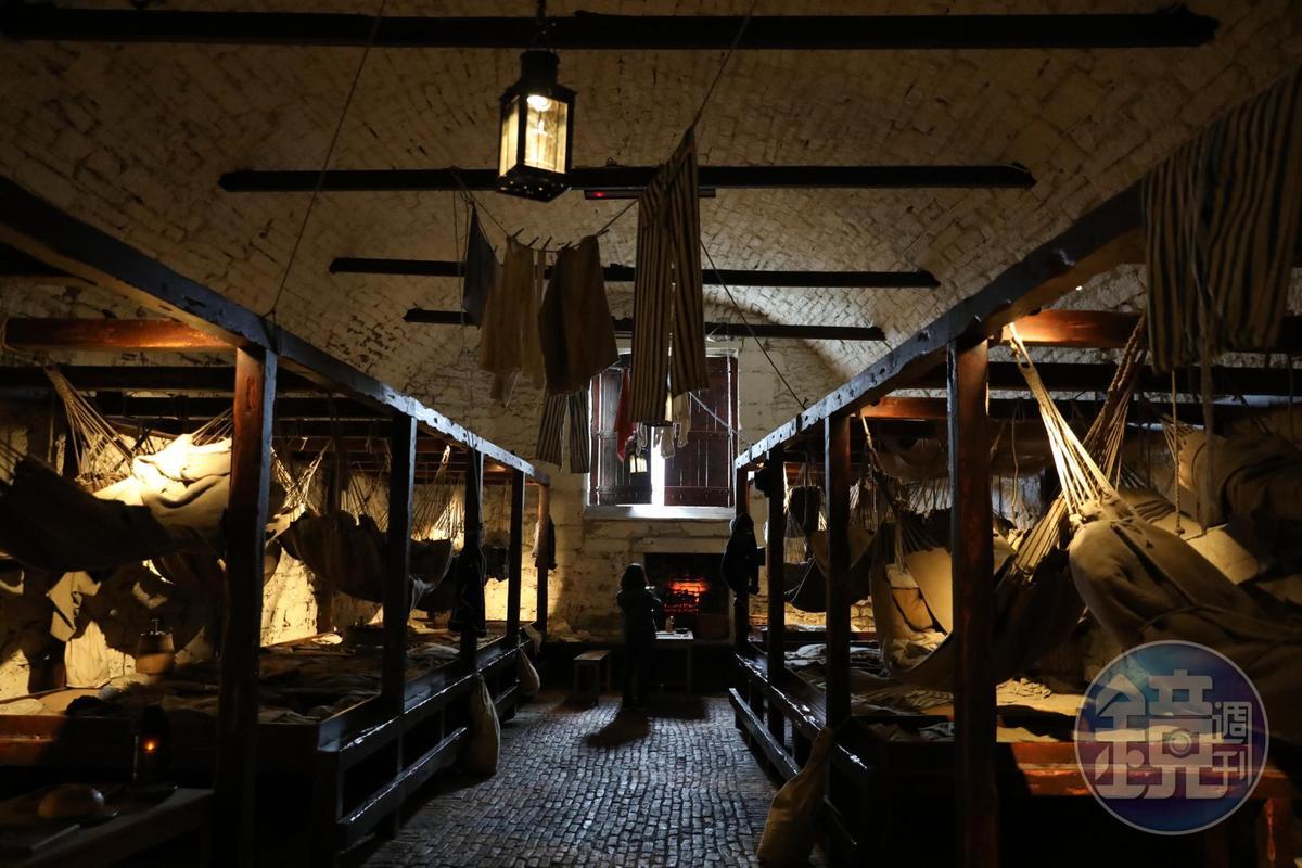 地下室重現17世紀關押戰俘的監獄,陰冷晦暗,叫人毛骨悚然。