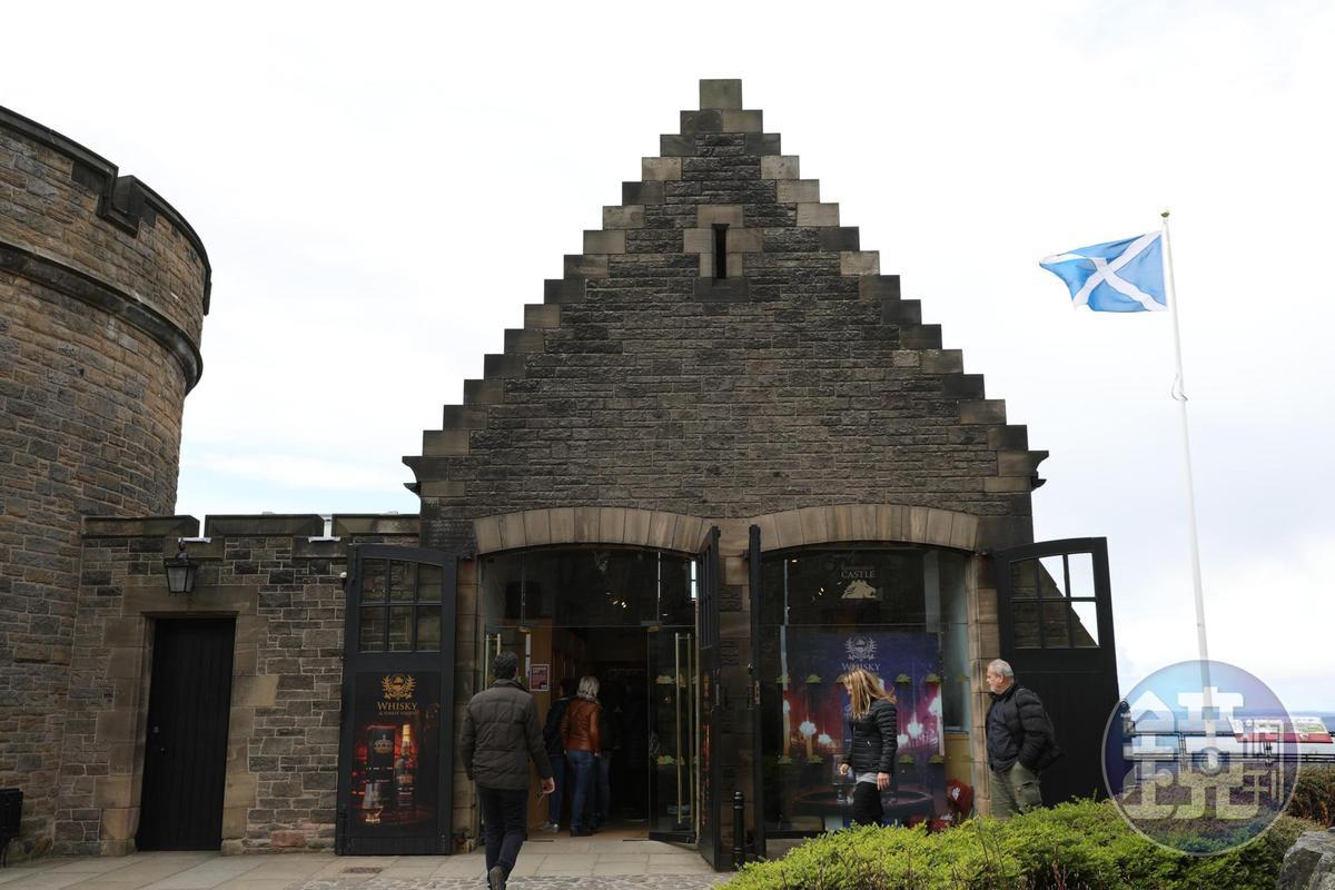 城堡商店也建在石頭屋裡。