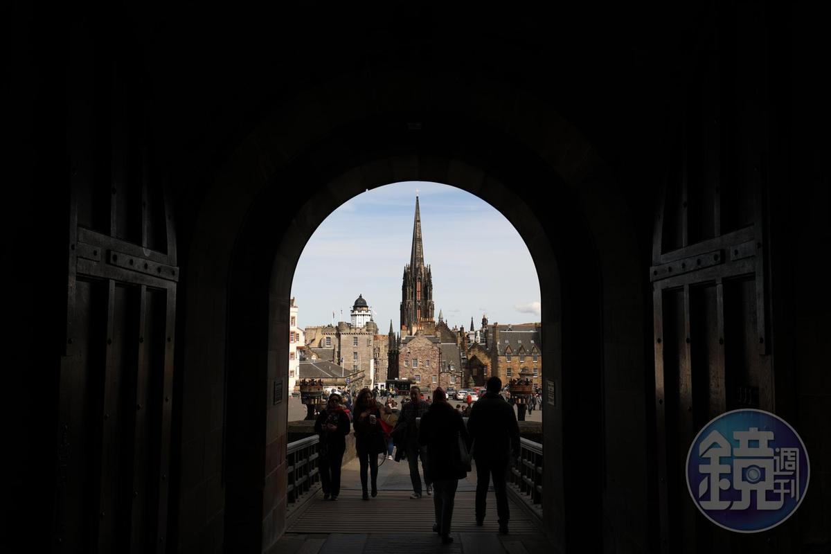 穿過拱廊就是愛丁堡舊城區。
