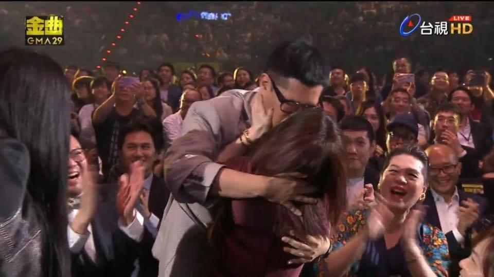 得知獲獎當下徐佳瑩「失控」激吻MV導演男友比爾賈。(翻攝自台視)