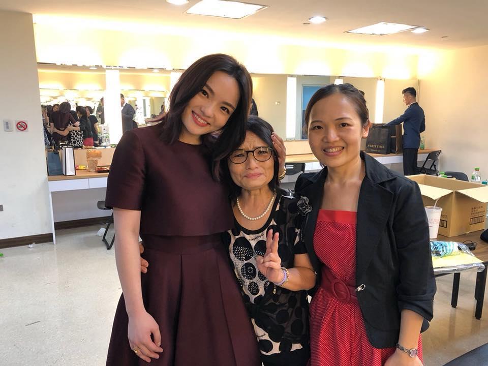 徐佳瑩奪下金曲歌后首po文,不忘貼出與家人的合照。(翻攝自徐佳瑩臉書)