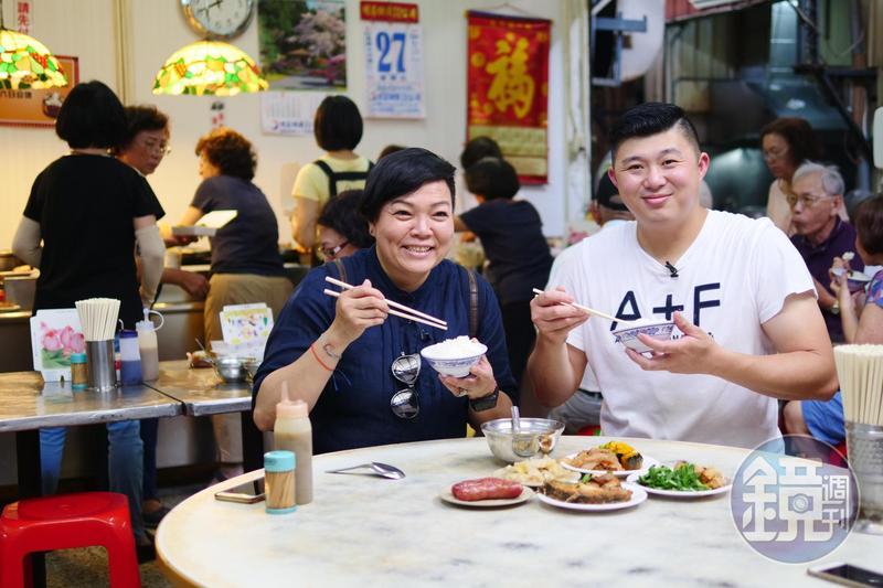 台南土生土長的林敬堯(右)與李姝慧推薦飯桌仔能吃到道地旬味。
