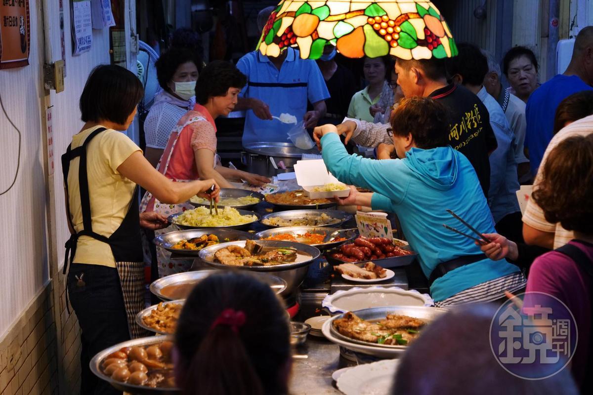 飯桌仔是更在地的台式Buffet,許多人吃飯也直接包便當。