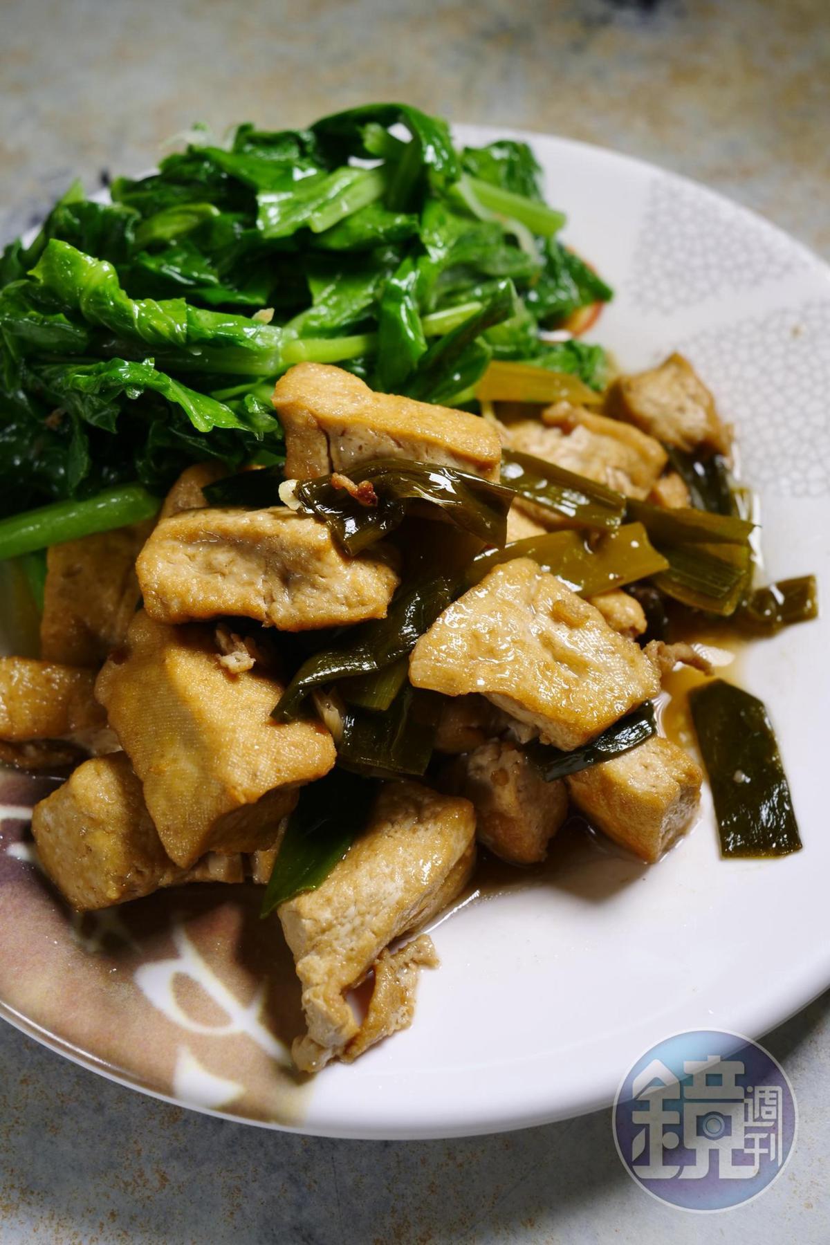 滷豆干和白芥藍菜都是台南餐桌上的常客。