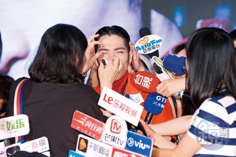 蕭敬騰出席《欲望反光》發片記者會,右眼產生了激烈感應,助理趕緊獻上眼藥水救援!