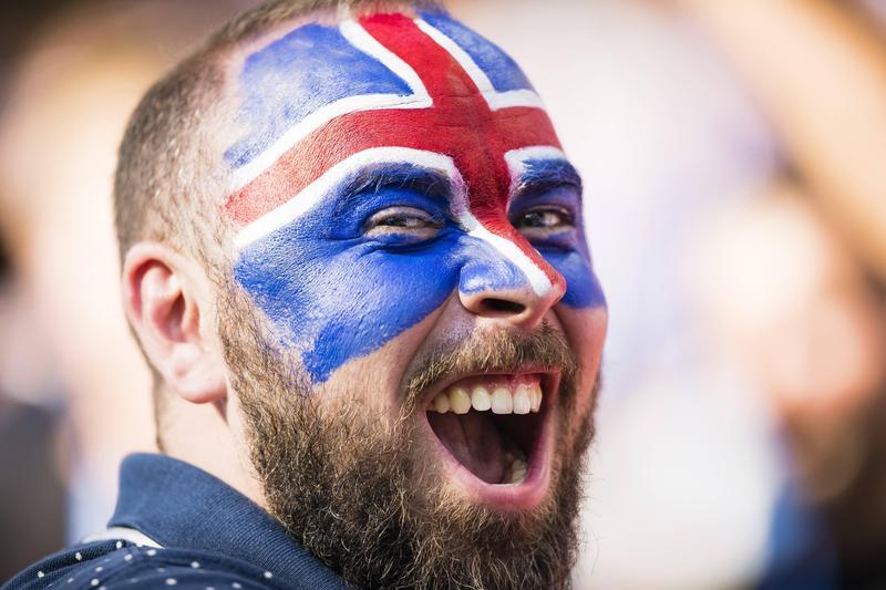 世界盃足球賽,臉上塗了國旗彩妝的冰島球迷。(東方IC)