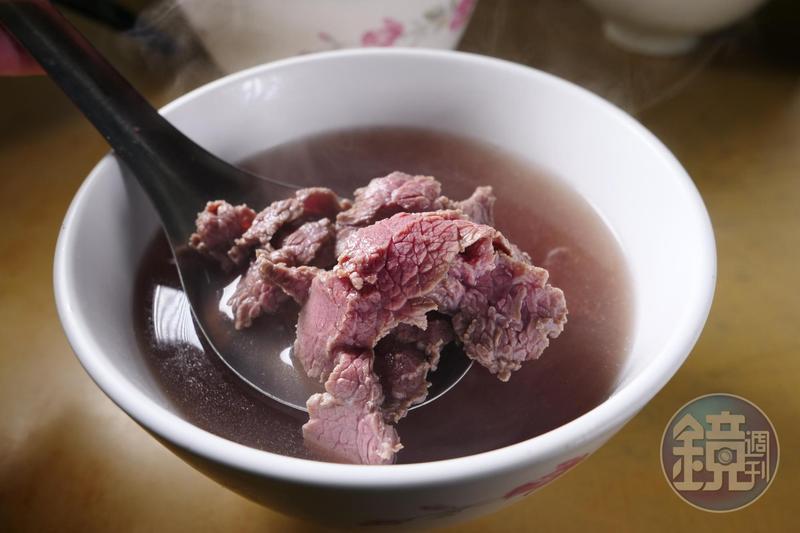 「尚好吃牛肉湯」粉嫩帶Q勁,牛骨清湯滋味純粹。(120元/小碗)