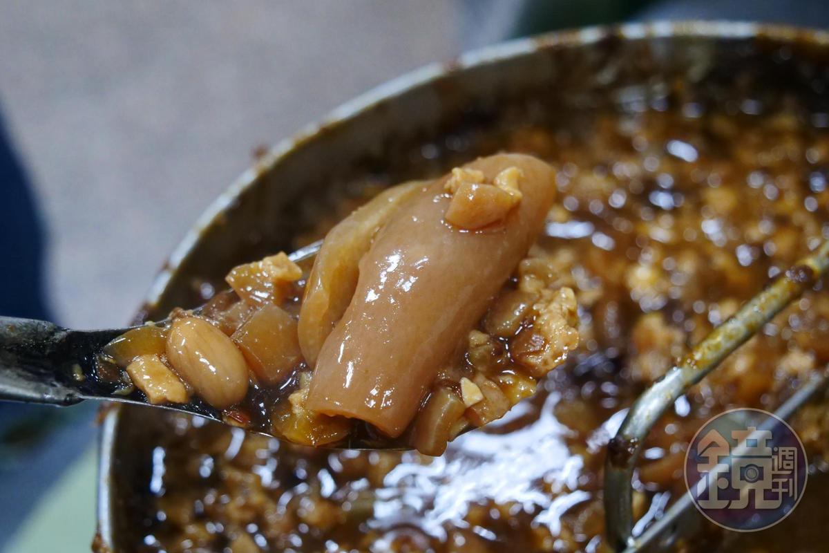 這一鍋招牌肉燥加了大量豬皮滷出滿滿膠質。