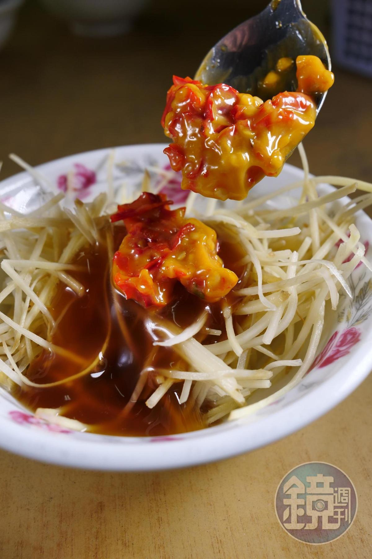 老闆以豬油與辣椒特製辣醬,搭配牛腩特別對味。