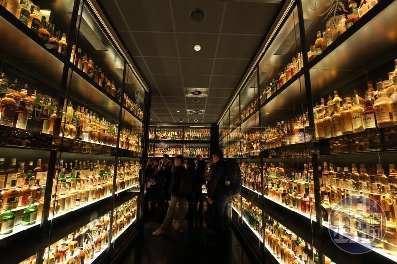 在巴西收藏家Claive Vidiz蒐羅的上千瓶珍釀環繞下學品酒,分外有感覺。
