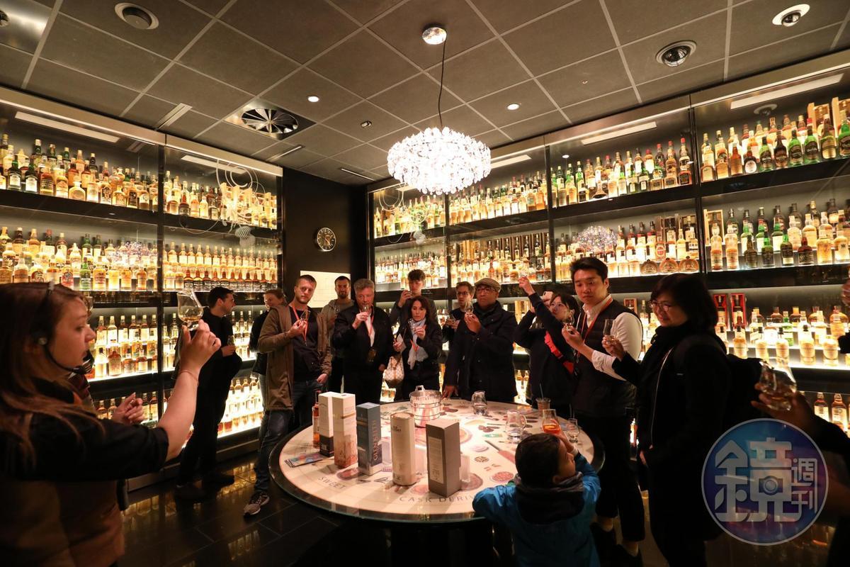 在巴西收藏家Claive Vidiz的珍藏包圍中學品酒,連小朋友都得到一杯橘色液體,蘇格蘭人的品酒教育真是從小做起。